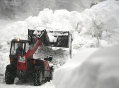 Ein Bagger befreit eine Strasse in Niedertauern (Salzburg) von den Schneemassen. (Bild: Harald Schneider / APA, 9. Januar 2019)