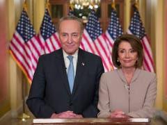 Die demokratische Vorsitzende des Repräsentantenhauses, Nancy Pelosi, und ihr Parteikollege, Senator Chuck Schumer, konterten Trumps Angriff auf die Opposition am Dienstag umgehend. (Bild: KEYSTONE/AP/ALEX BRANDON)