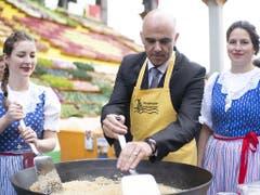Bundesrat Alain Berset kocht Rheintaler Ribelmais, eine Spezialität aus dem Rheintal. (Bild: KEYSTONE/GIAN EHRENZELLER)