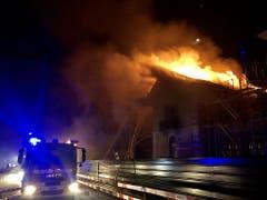 Das Dach des Rathauses von Satigny stürzt zusammen.