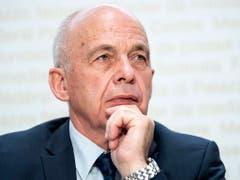 Bundespräsident Ueli Maurer äusserte sich am 19. Mai zur Annahme der Steuer-AHV Vorlage an der Urne. Damit ist der Weg für die Streichung der Schweiz von der grauen EU-Liste der Steueroasen geebnet worden. (Bild: KEYSTONE/PETER SCHNEIDER)