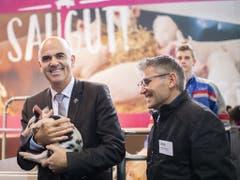Souverän hält Bundesrat Alain Berset Säuli Manuela in den Armen. Das Ferkel wurde wegen seinen schwarz-weissen Flecken ausgewählt- den Farben von Bersets Heimatkanton Freiburg. (Bild: KEYSTONE/GIAN EHRENZELLER)