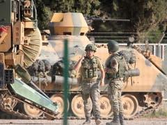 Türkische Soldaten bereiten sich und ihre Panzer auf den Grenzübertritt nach Syrien vor. (Bild: KEYSTONE/EPA/STR)
