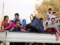 Kurdische Familien fliehen wegen der türkischen Militäroffensive aus ihrer Heimatstadt Ras al-ain in Nordsyrien. (Bild: KEYSTONE/EPA/STRINGER)