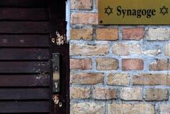 Schussspuren an der Tür zur Synagoge in Halle. (Bild: Keystone/ Filip Singer, 10. Oktober 2019)