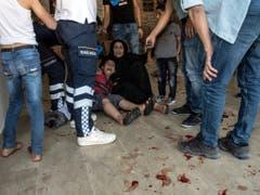 In der türkischen Grenzstadt Akcakale braucht ein verletzter Knabe Hilfe nach einem Granatenbeschuss aus Syrien. (Bild: KEYSTONE/AP IHA/ISMAIL COSKUN)