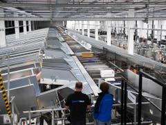 Im neuen Paketzentrum der Post in Cadenazzo TI werden ab sofort 8000 Pakete pro Stunde sortiert. (Bild: KEYSTONE/TI-PRESS/ALESSANDRO CRINARI)