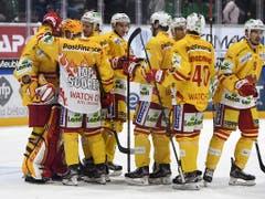 In Jubelstimmung: Der EHC Biel steht nach einem 4:1-Sieg in Freiburg wieder an der Spitze der National League (Bild: KEYSTONE/ANTHONY ANEX)