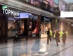 Polizisten rennen durch das Einkaufszentrum. (Bild: BBC)