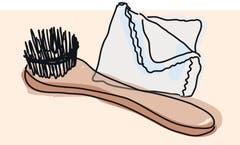 6. Pflegecreme oder Wachscreme mit einem Tuch oder einer Stiel-Bürste dünn auftragen. Zu viel Creme verstopft die Poren im Leder. Die Reaktion (Verfärbung) kann zuerst an der Zunge des Schuhs getestet werden.