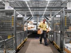 Die Tessiner Pakete werden neu im Tessin sortiert, womit der Weg ins Paketzentrum Härkingen entfällt. (Bild: KEYSTONE/TI-PRESS/ALESSANDRO CRINARI)