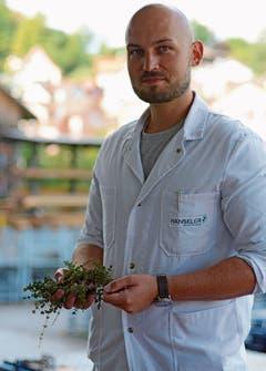 Pharmaingenieur Christian Stübi begutachtet die angelieferte Ware. (Bild: Karin Erni)