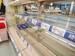 Leere Gestelle in einem Supermarkt in der Nähe von Tokio nach der Warnung vor dem ungewöhnlich starken Taifun «Hagibis». (Bild: KEYSTONE/AP Kyodo News/NAOYA OSATO)