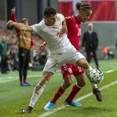 Granit Xhaka kämpft gegen den Dänen Yussuf Poulsen um den Ball. (Bild: KEYSTONE/Georgios Kefalas)