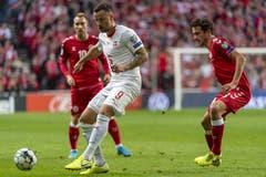 Haris Seferovic kämpft gegen den Dänen Thomas Delaney um den Ball. (Bild: KEYSTONE/Georgios Kefalas)
