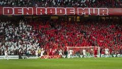 Die dänischen Fans schwenken weisse und rote Fahnen. (KEYSTONE/Georgios Kefalas)