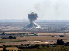 Dicke Rauchschwaden in der nordsyrischen Ortschaft Ras al-Ain nach dem Beschuss durch türkische Truppen am Samstag. (Bild: KEYSTONE/EPA/SEDAT SUNA)