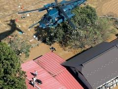 Hausbewohner im Norden Japans bei Marumori flüchteten vor den Wassermassen aufs Dach und warteten auf eine Rettung aus der Luft. (Bild: KEYSTONE/AP Kyodo News/123235+0900)