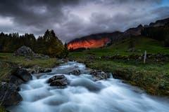 Knallrot waren die Felswände des Alpsteins von der Sonne beleuchtet. (Bild: Marc Bollhaler)