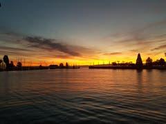 Ein leichter Wind zaubert ein Muster auf die Seeoberfläche, begleitet von einem Sonnenaufgang. (Bild: Hansjürg Oesch)