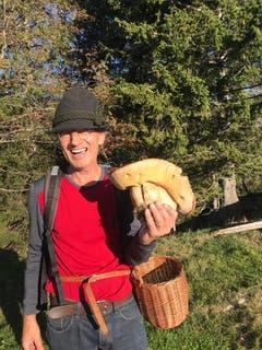 1,7 Kilogramm wiegt dieser Steinpilz, gefunden irgendwo zwischen Luzern und Bern. (Bild: Edi Arnold, 12. Oktober 2019)