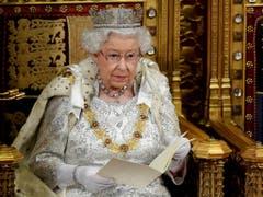 Die britische Königin Elizabeth II. hat am Montag mit dem Verlesen des Regierungsprogramms das Parlament in London nach der Herbstpause eröffnet. (Bild: KEYSTONE/AP Reuters Pool/TOBY MELVILLE)