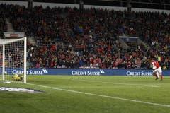 Irlands Goalie Darren Randolph pariert den Penalty des Schweizer Verteidigers Ricardo Rodriguez. Bild: KEYSTONE/Salvatore Di Nolfi (Genf, 15. Oktober 2019)