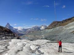 Auf der Zunge des Findelengletschers schmolzen acht Meter Eis im letzten Jahr, illustriert durch die Höhe der Pegelstange. (Bild: M. Huss)
