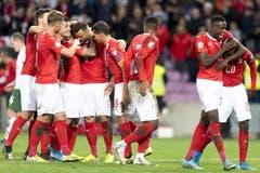 Sieg! Die Schweizer Fussballer zelebrieren diesen am Ende des Spiels zusammen. Bild: Keystone/Laurent Gillieron (Genf, 15. Oktober 2019)