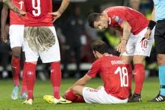 Der Schweizer Admir Mehmedi sitzt verletzt am Boden. Er konnte nicht weiterspielen und musste in der 28. Minute ausgewechselt werden. Keystone/Laurent Gillieron (Genf, 15. Oktober 2019)