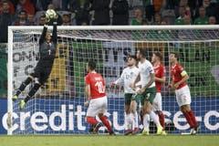 Der Schweizer Torhüter Yann Sommer befördert den Ball übers Tor. Bild: KEYSTONE/Salvatore Di Nolfi (Genf, 15. Oktober 2019)