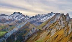 Herbstliches Alpsteinpanorama - von den Altenalptürmen über den Säntis bis zum Altmann. (Bild: Franz Gerhard)