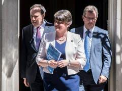 Arlene Foster (Mitte), Chefin der nordirischen DUP: Ihre Partei könnte am Schluss das Zünglein an der Wage sein, um das Brexit-Abkommen durchs britische Unterhaus zu bekommen. (Bild: KEYSTONE/EPA/WILL OLIVER)