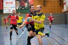 Jan Gwerder (Nummer 8) von St.Otmar ist mit acht Toren der beste Torschütze des Spiels.