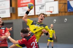 St.Otmars Wetzel und versucht gegen Kreuzlingens Fabian Schneider (Nummer 29) durchzukommen.