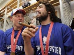 2012 rauchte er die Meisterzigarre mit ZSC-Lions-Teamkollege Ronalds Kenins (Bild: KEYSTONE/LUKAS LEHMANN)