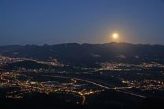 Aufgang des Vollmondes über dem Hohen Freschen mit Blick auf das Schweizer und Österreichische Rheintal. Im Vordergrund liegt Oberriet. (Bild: Thomas Schmidle)