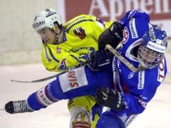 Der Anfang: Andres Anbühl (li.) in seiner ersten Saison mit dem HC Davos. Im Frühling feierte er gleich seinen ersten von bislang sechs Meistertiteln (Bild: KEYSTONE/JUERGEN STAIGER)