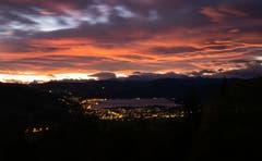 Der Föhn sorgte für ein wunderbares Morgenrot über dem Ägerital. (Bild: Daniel Hegglin, Zugerberg, 15. Oktober 2019)