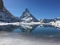 Bezauberndes Erlebnis: Das Matterhorn spiegelt sich im Riffelsee, unterhalb des Gornergrats. (Bild: Ursi Trinkler, Zermatt, 16. Oktober 2019)