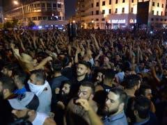 Tausende demonstrieren in Beirut gegen die libanesische Regierung - entzündet haben sie die Proteste an der Ankündigung einer geplanten Gebühr auf Sprachanrufe über Dienste wie WhatsApp. (Bild: KEYSTONE/EPA/WAEL HAMZEH)
