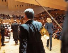 Die Musikerinnen und Musiker begeben sich auf das Konzertpodium der Shanghai Symphony Hall. Bilder: Geoffroy Schied/Lucerne Festival (Shanghai, 17. Oktober 2019).