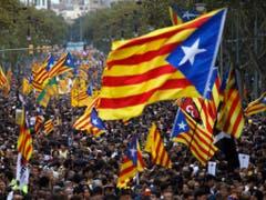 Massenprotest in Barcelona: Hunderttausende Katalanen sind auf der Strasse und schwenken die Estelada, die gelb-rote katalanische Nationalflagge. (Bild: KEYSTONE/AP/EMILIO MORENATTI)