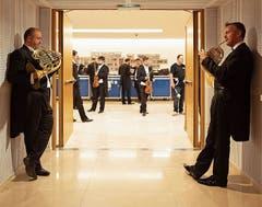 Zwei Musiker des Lucerne Festival Orchestra stimmen sich ein.