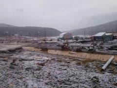 Mindestens 15 Menschen sind bei einem Dammbruch in der sibirischen Region Krasnojarsk in Russland ums Leben gekommen. (Bild: KEYSTONE/EPA RUSSIAN EMERGENCIES MINISTRY/ HANDOUT)