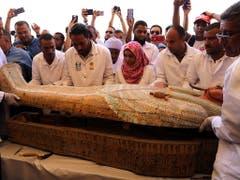 Archäologen haben in Luxor im Süden Ägyptens eine Reihe von 3000 Jahre alten Holzsärgen samt Mumien entdeckt. Die Sarkophage wurde am Samstag den Medien präsentiert. (Bild: KEYSTONE/EPA/HANAA HABIB)