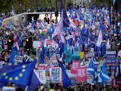 Zehntausende Menschen demonstrieren in London in einem Meer aus blauen EU-Flaggen für ein zweites Brexit-Referendum (Bild: KEYSTONE/AP/MATT DUNHAM)