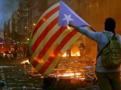 Katalanische Unabhängigkeitsbefürworter lieferten sich in Barcelona Strassenschlachten mit der Polizei. (Bild: KEYSTONE/EPA EFE/QUIQUE GARCIA)