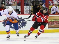 Nico Hischier (rechts) nimmt mit den New Jersey Devils seine dritte Saison in Angriff (Bild: KEYSTONE/AP/MARY ALTAFFER)