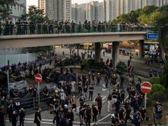 In Hongkong protestierten am Dienstag tausende Menschen, obwohl es verboten worden war. (Bild: KEYSTONE/AP/FELIPE DANA)